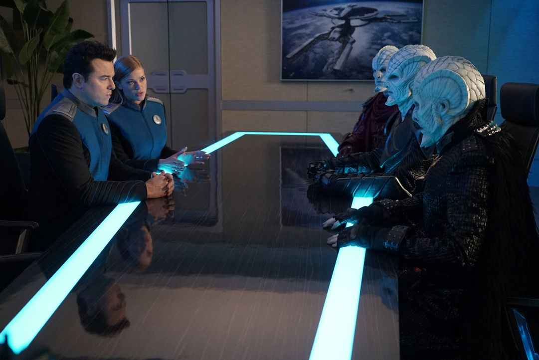 Captain Ed Mercer (Seth MacFarlane, l.); Commander Kelly Grayson (Adrianne Palicki, 2.v.l.) - Bildquelle: Kevin Estrada 2019 Twentieth Century Fox Film Corporation.  All rights reserved.