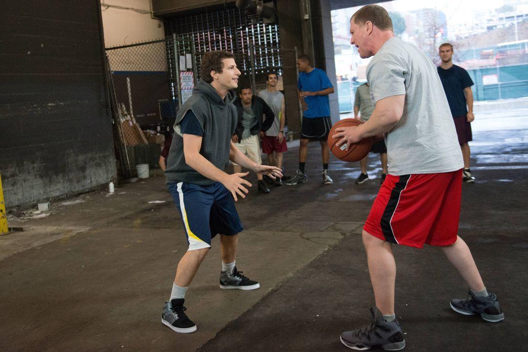 Jake Peralta (Andy Samberg, l.); Lucas Wint (Ian Roberts, r.) - Bildquelle: Eddy Chen 2013 NBC Studios LLC. All Rights Reserved. / Eddy Chen