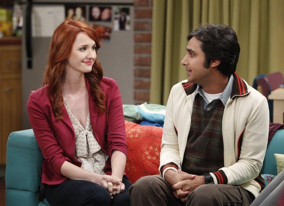 Raj (Kunal Nayyar, r.) will Emily (Laura Spencer, l.) endlich seinen Freunden vorstellen, doch bei der ersten Begegnung zwischen ihr und Penny herrs... - Bildquelle: Warner Brothers