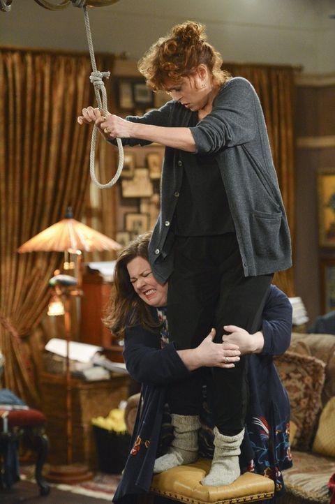 Mollys (Melissa McCarthy, l.) große Stunde ist gekommen, als sie ihr literarisches Idol J. C. Small (Susan Sarandon, r.) davon abhalten kann, sich u... - Bildquelle: Warner Brothers