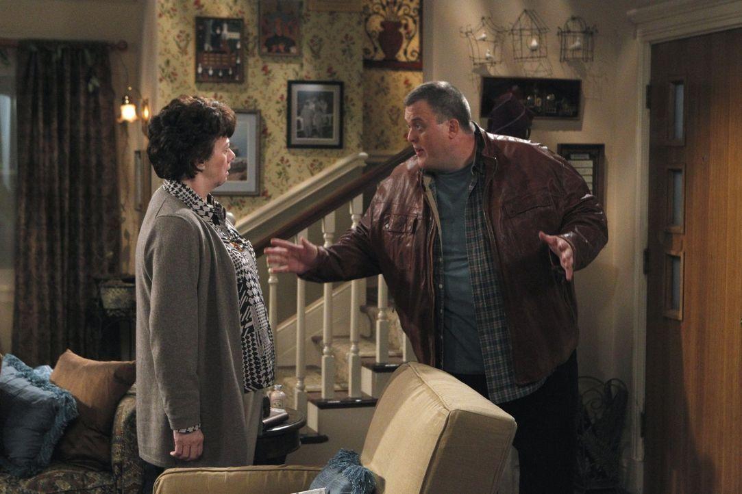 Warnt ihren Sohn Mike (Billy Gardell, r.) davor, sich nicht das Herz von Molly brechen zu lassen: Peggy (Rondi Reed, l.) ... - Bildquelle: Warner Bros. Television