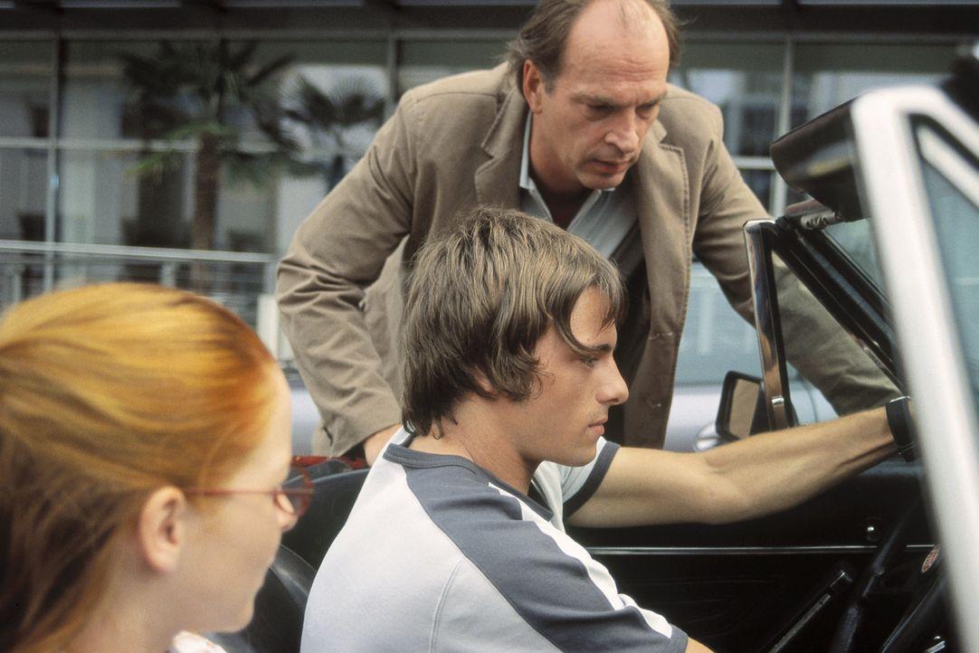 Nur ungern überlässt Sven (Herbert Knaup, r.) den jungen Leuten sein geliebtes uraltes Cabrio - nicht ahnend, dass Daniel (Florian Jahr, M.) alles... - Bildquelle: ProSieben