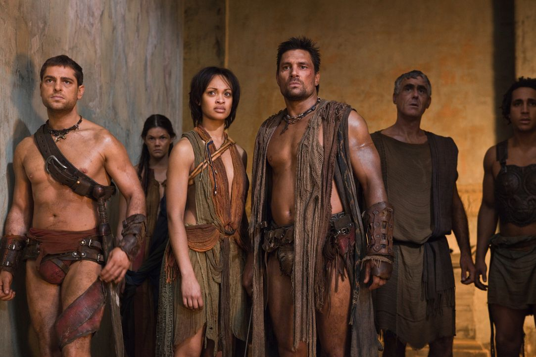 Wollen bei den Aufständischen bleiben: Crixus ( Manu Bennett, 3.v.r.) und Naevia (Cynthia-Addai Robinson, 3.v.l.) ... - Bildquelle: 2011 Starz Entertainment, LLC. All rights reserved.