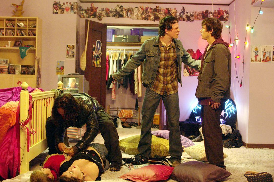 Die drei Jugendlichen Dennis (Jonathan Tucker, M.), sein Bruder Kevin (Marshall Allman, r.) und Mars (Ben Foster, l.) brechen in die Villa des reich... - Bildquelle: 2004 Hostage, LLC. All Rights Reserved