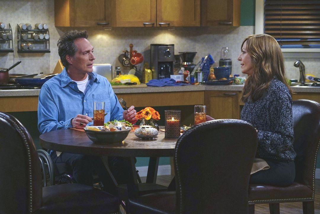 Obwohl Adam (William Fichtner, l.) nicht zum ersten Date erschien, entschließt sich Bonnie (Allison Janney, r.), ihn noch einmal zu treffen und erle... - Bildquelle: 2015 Warner Bros. Entertainment, Inc.