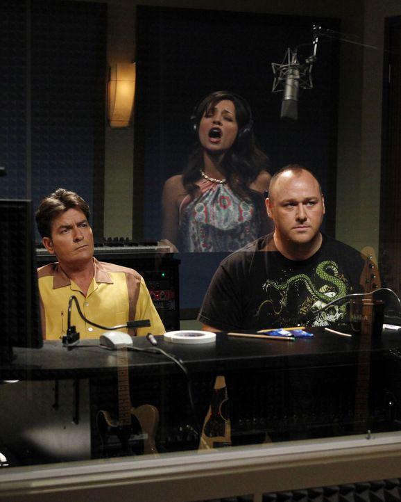 Charlie (Charlie Sheen, l.) trifft seine Ex-Verlobte Mia (Emmanuelle Vaugier, M.) wieder, die Sängerin werden möchte. Da sie ihn offensichtlich no... - Bildquelle: Warner Bros. Television