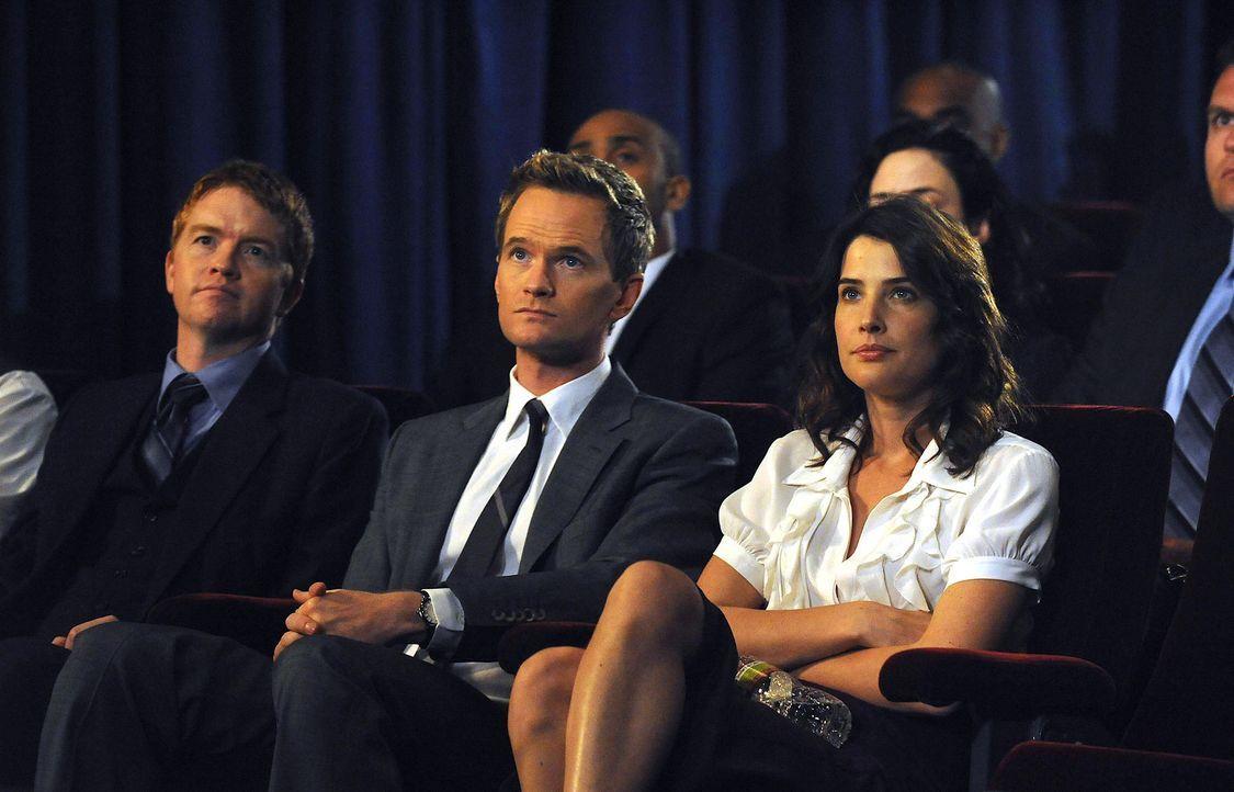 Barney (Neil Patrick Harris, M.) und Robin (Cobie Smulders, r.) sind gespannt, wie sich Ted in Bezug auf das Arcadian entscheiden wird ... - Bildquelle: 20th Century Fox International Television