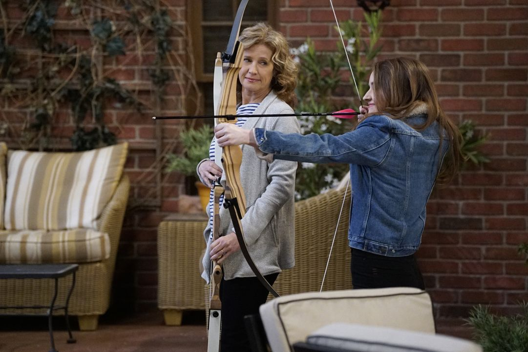 Vanessa (Nancy Travis, l.); Eve (Kaitlyn Dever, r.) - Bildquelle: 2016-2017 American Broadcasting Companies. All rights reserved.