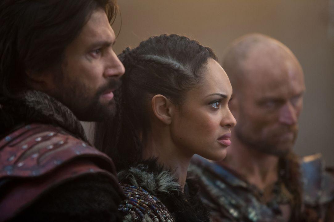 Widersetzen sich den Befehlen von Spartacus, um die gefangen genommenen Römer ins Jenseits zu befördern: Crixus (Manu Bennett, l.) und Naevia (Cynth... - Bildquelle: 2012 Starz Entertainment, LLC. All rights reserved.