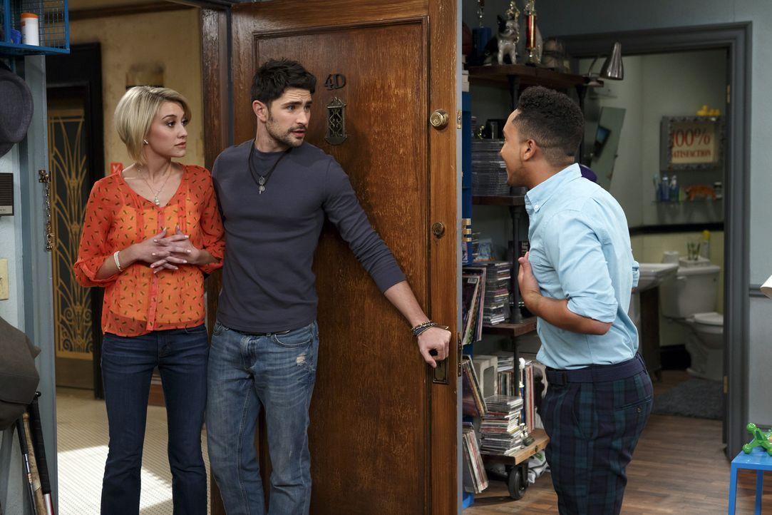 Während Riley (Chelsea Kane, l.) von Fitch (Matt Dallas, M.) schwärmt, ist Tucker (Tahj Mowry, r.) nicht begeistert von ihm ... - Bildquelle: Bruce Birmelin ABC Family