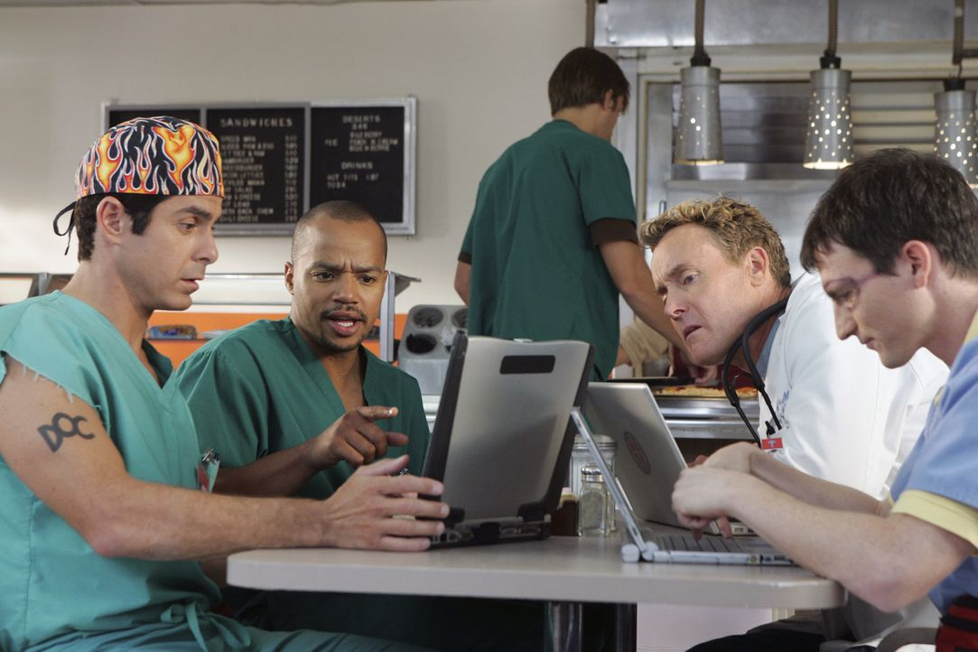 Auf einer Website können die Patienten ihre Ärzte bewerten. Zwischen Todd (Robert Maschio, l.), Turk (Donald Faison, 2.v.l.), Dr. Cox (John C. McG... - Bildquelle: Touchstone Television