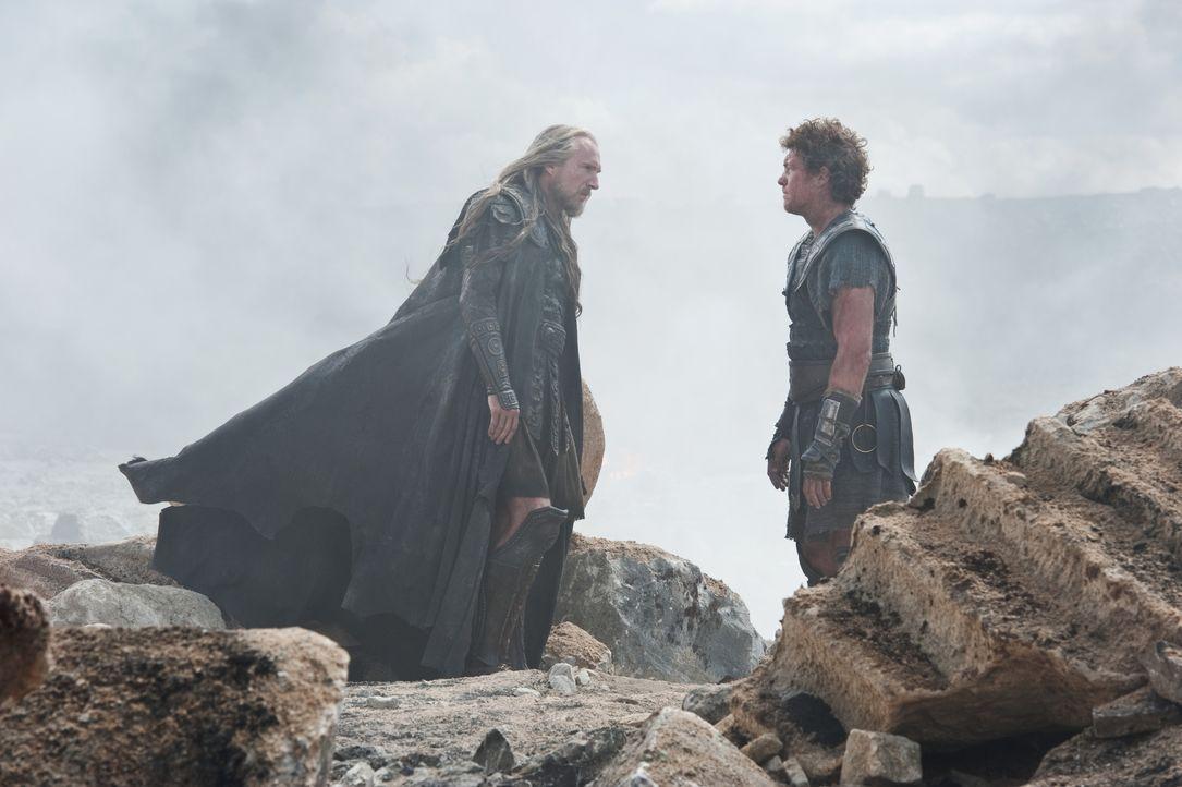 Hades (Ralph Fiennes, l.); Perseus (Sam Worthington, r.) - Bildquelle: Warner Bros.