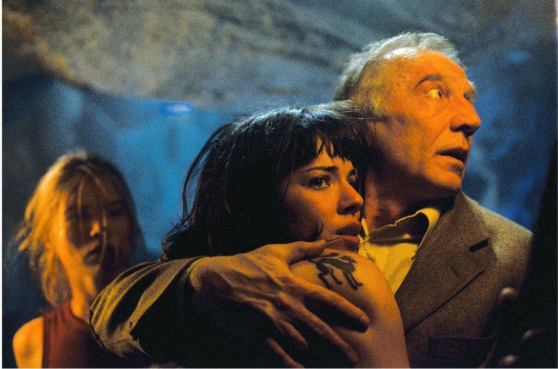 Geraten ins Visier mystischer Kräfte: (v.l.n.r.) Chloé (Elsa Kikoine), Iris (Cylia Malki) und Professor Brennos (Vernon Dobtcheff) ...