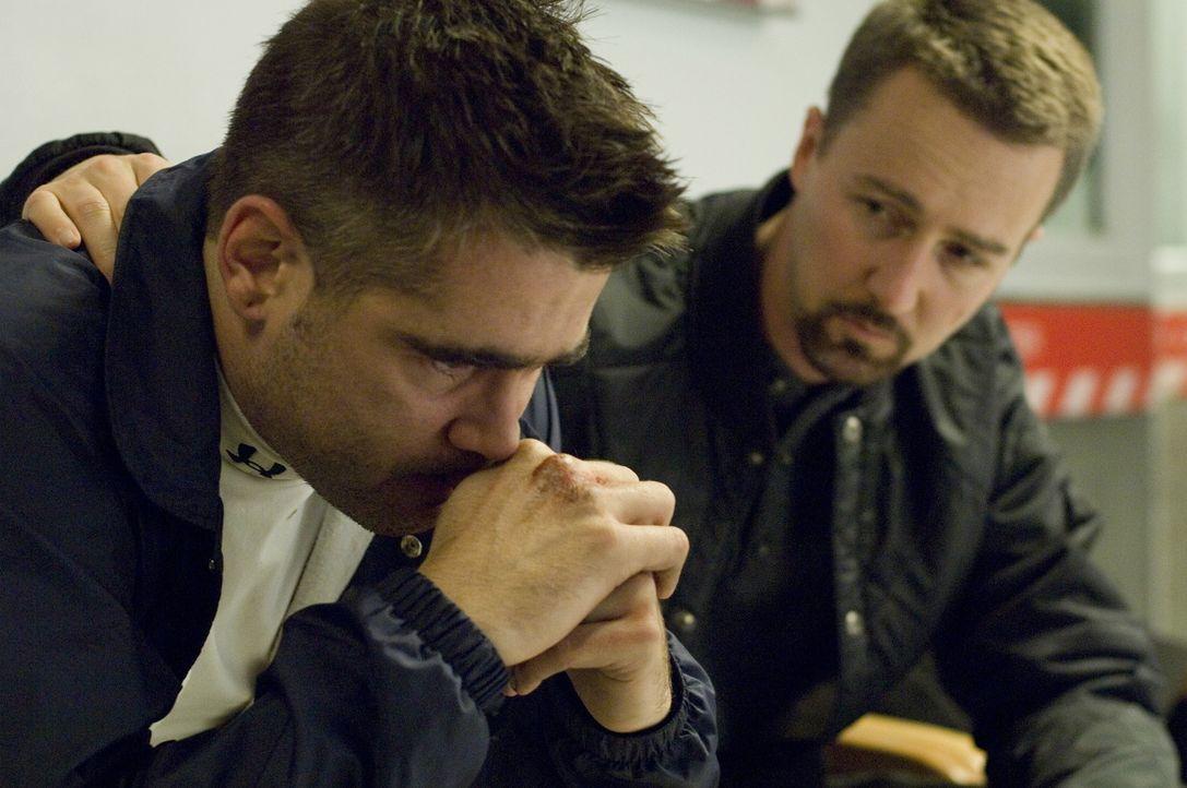 Erst spät erkennt Detective Ray Tierney (Edward Norton, r.), dass ihn sein Schwager Jimmy Egan (Colin Farrell, l.) vor die schwierigste Entscheidun... - Bildquelle: 2008   Warner Brothers