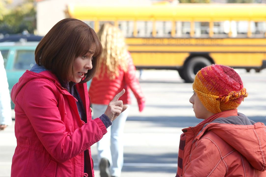 Frankie (Patricia Heaton, l.) macht sich furchtbare Sorgen, dass Brick (Atticus Shaffer, r.) auf der Klassenfahrt nach Chicago etwas passieren könnt... - Bildquelle: Warner Brothers