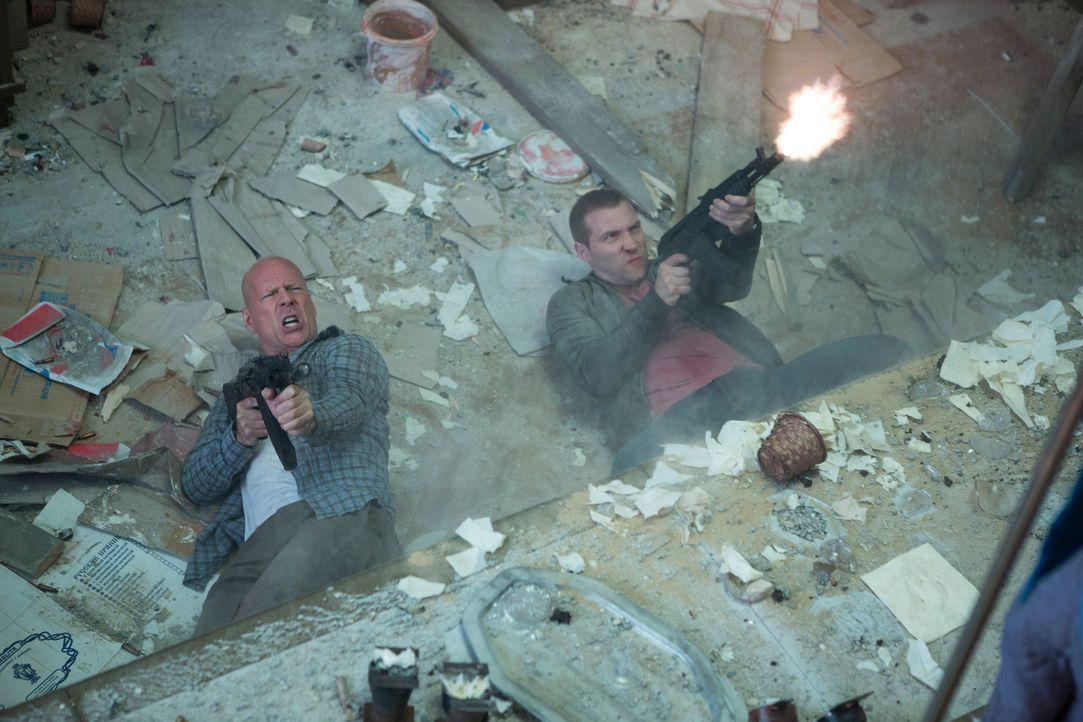 Ein Kampf auf Leben und Tod entbrennt zwischen John (Bruce Willis, l.) und Jack (Jai Courtney, r.), und der russischen Unterwelt ... - Bildquelle: 2013 Twentieth Century Fox Film Corporation. All rights reserved.