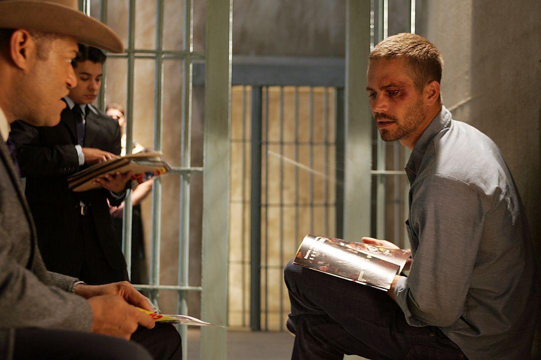 Agent Tad Grusza (Lawrence Fishburne, l.) von der DEA - Aniti-Drogen-Behörde der USA - macht dem im Gefängnis einsitzenden Ex-Elitesoldaten Tim Ke... - Bildquelle: Nu Image