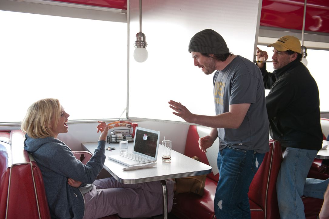 Regisseur Jason Reitman, r. am Set mit Charlize Theron, l.... - Bildquelle: Phillip Caruso 2011 Paramount Pictures and Mercury Productions, LLC. All Rights Reserved.