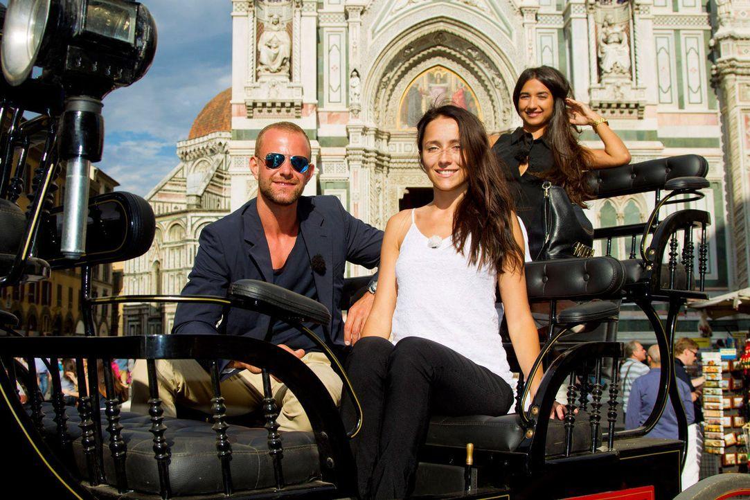 Dennis (l.), Anastasiya (M.) und Mariana (r.) wollen sich bei einer Kutschfahrt näher kennenlernen ... - Bildquelle: Richard Hübner ProSieben