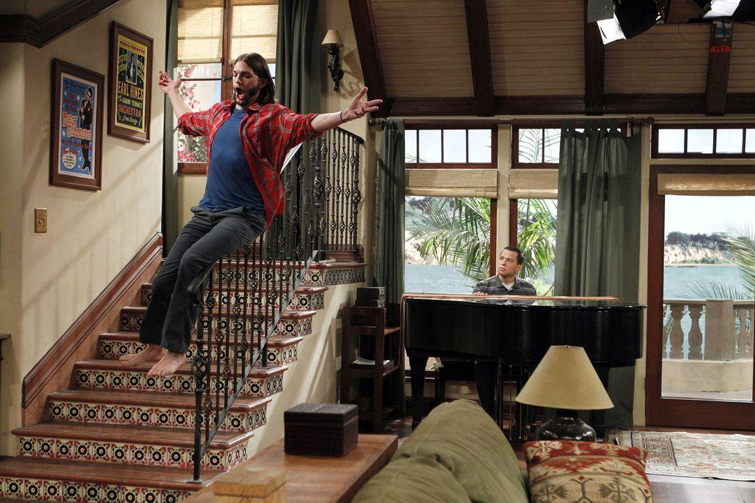 Walden (Ashton Kutcher, l.) will das Haus umgestalten und lässt deshalb Charlies Flügel abholen, an dem Alan (Jon Cryer, r.) so hängt, wodurch Al... - Bildquelle: Warner Brothers Entertainment Inc.