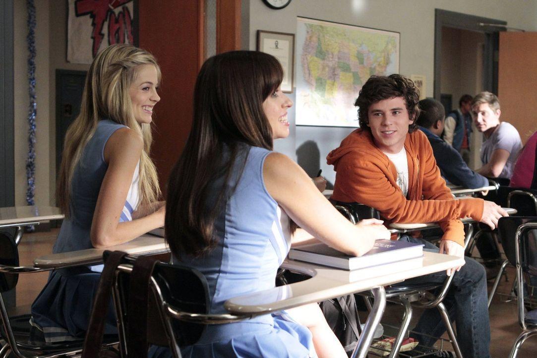 Während Axl (Charlie McDermott, r.) dringend herausfinden muss, ob er mit Courtney (Brittany Ross, l.) oder Debbie (Natalie Lander, M.) geht, besorg... - Bildquelle: Warner Brothers