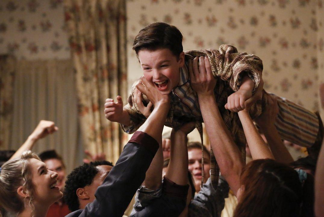 Stagediving mit Sheldon (Iain Armitage)? Unmöglich oder doch nicht? - Bildquelle: Warner Bros.