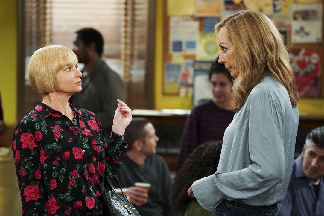 Jill (Jaime Pressly, l.); Bonnie (Allison Janney, r.) - Bildquelle: Warner Bros. Entertainment, Inc.