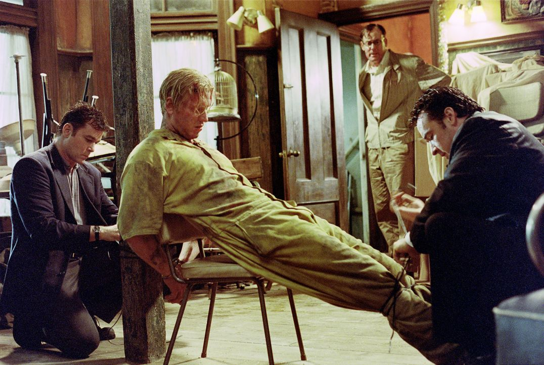 Es liegt nahe, dass Detective Rhodes (Ray Liotta, l.), George York (John C. McGinley, 2.v.r.) und Ed (John Cusack, r.) den Schwerverbrecher Robert M... - Bildquelle: 2003 Sony Pictures Television International. All Rights Reserved.