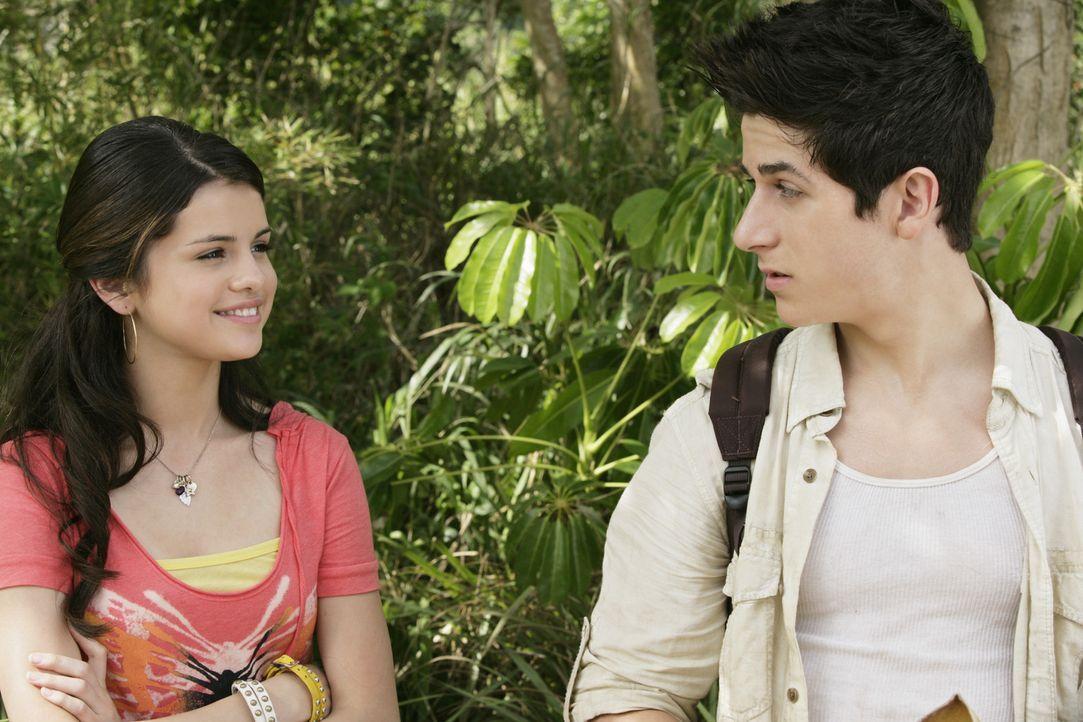 Eigentlich macht sich die chaotische Alex (Selena Gomez, l.) nicht allzu viel aus ihrem korrekten und ehrgeizigen Bruder Justin (David Henrie, r.).... - Bildquelle: 2009 DISNEY ENTERPRISES, INC. All rights reserved. NO ARCHIVING. NO RESALE.