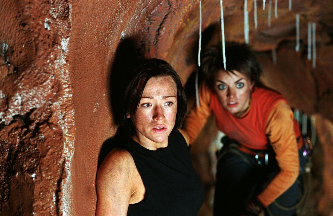 Nachdem sie durch einen Erdrutsch in eine Höhle eingesperrt wurden, versuchen Beth (Alex Reid, vorne) und Holly (Nora-Jane Noone, hinten) verzweife... - Bildquelle: Square One Entertainment