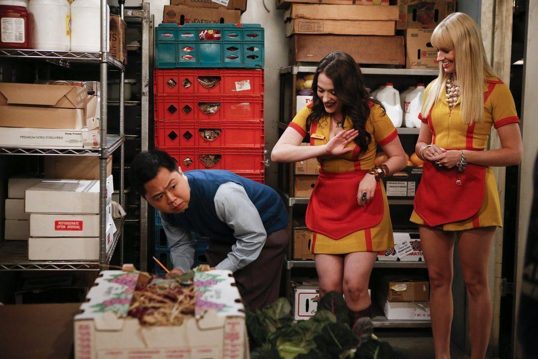 Max (Kat Dennings, M.) und Caroline (Beth Behrs, r.) genießen es, ihren Chef Han (Matthew Moy, l.) immer wieder auf die Schippe zu nehmen ... - Bildquelle: Warner Brothers