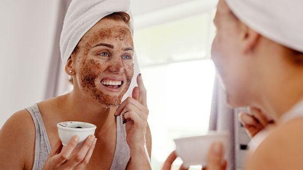 Eine wohltuende Gesichtsmaske pflegt deine Haut und reinigt dein Gesicht vor...