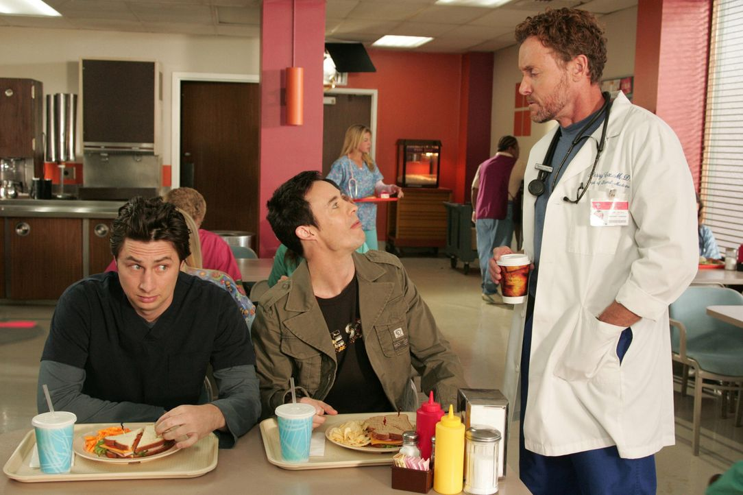 J.D. (Zach Braff, l.) ist es unangenehm, dass sein Bruder Dan (Tom Cavanagh, M.) mit Dr. Cox (John C. McGinley, r.) spricht ... - Bildquelle: Touchstone Television
