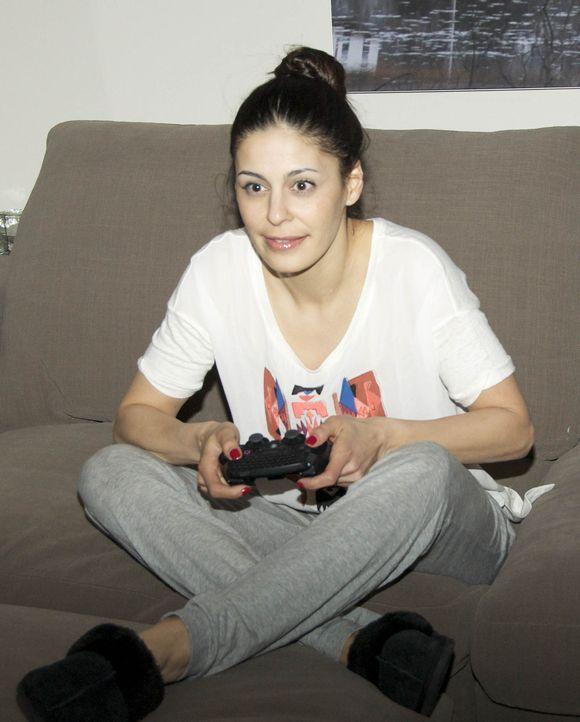 Für ein Experiment setzt sich Funda Vanroy vor die Spielekonsole und zockt so lange sie kann ... - Bildquelle: ProSieben