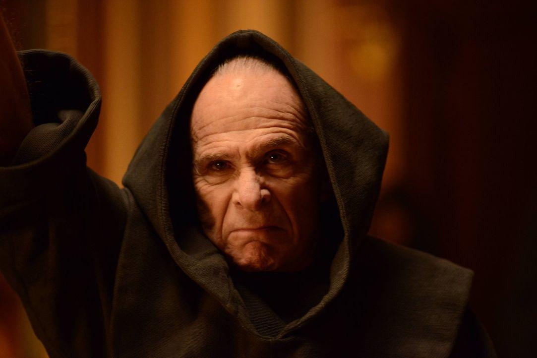 Kann Father Creal (Ron Rifkin) gestoppt werden, bevor er Bruce Wayne tötet? - Bildquelle: Warner Brothers