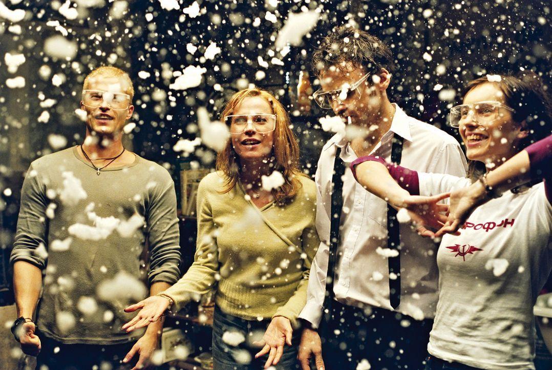 Notgedrungen müssen sich (v.l.n.r.) Tim (Til Schweiger), Flo (Doris Schretzmayer), Maik (Sebastian Blomberg) und Nele (Nadja Uhl) - wenn auch wider... - Bildquelle: 2003 Sony Pictures Television International