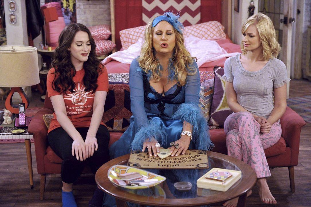 Welche mystischen Antworten wird Sophie (Jennifer Coolidge, M.) an Max (Kat Dennings, l.) und Caroline (Beth Behrs, r.) weitergeben können? - Bildquelle: Warner Bros. Television