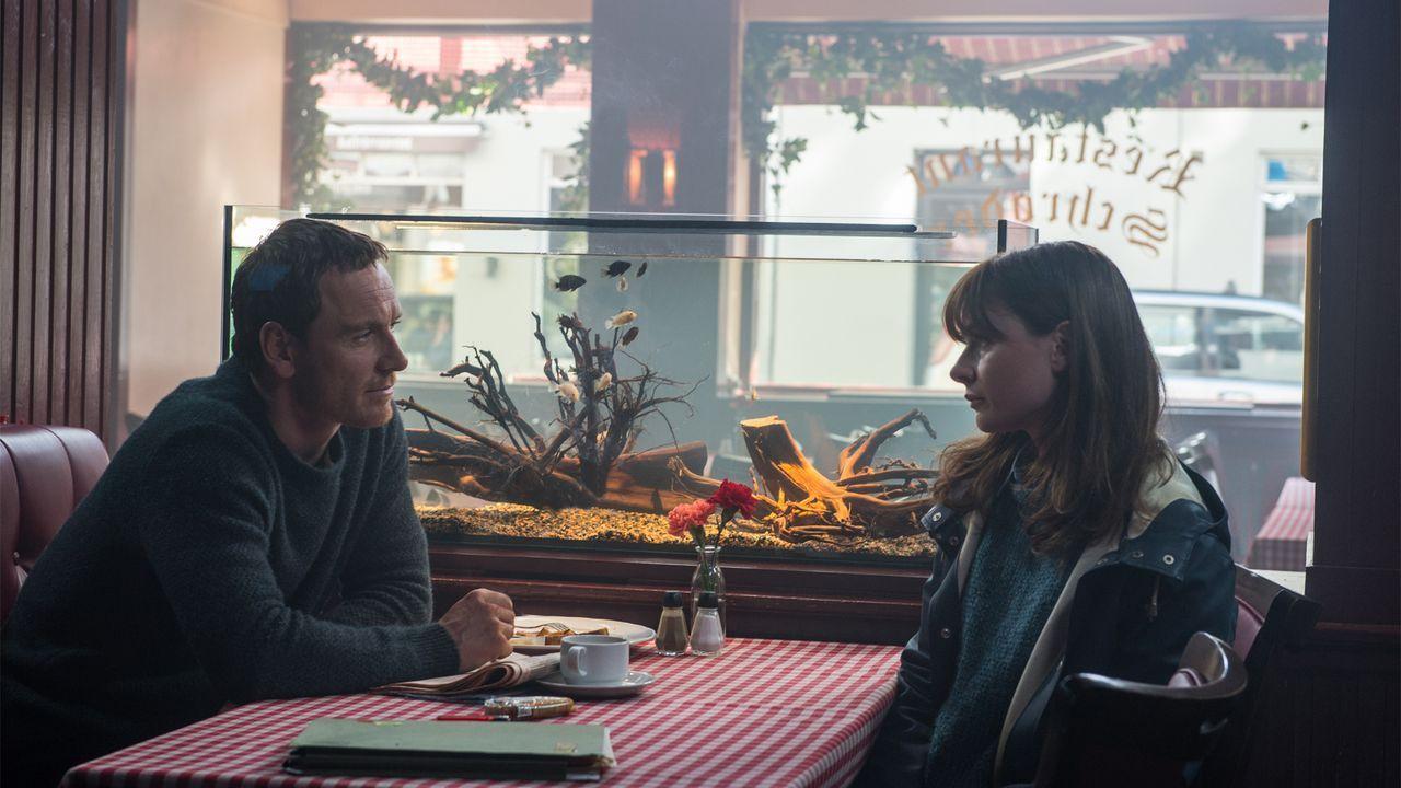 Harry Hole (Michael Fassbender, l.); Katrine Bratt (Rebecca Ferguson, r.) - Bildquelle: Jack English 2017 Universal Pictures. All Rights Reserved. / Jack English