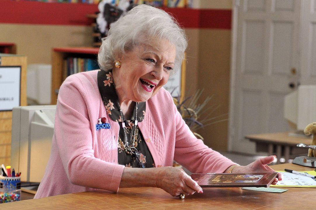 Will nicht, dass Brick versetzt wird, weil er noch einen Haufen offener Leihgaben hamstert: die strenge Bibliothekarin Mrs. Nethercott (Betty White)... - Bildquelle: Warner Brothers