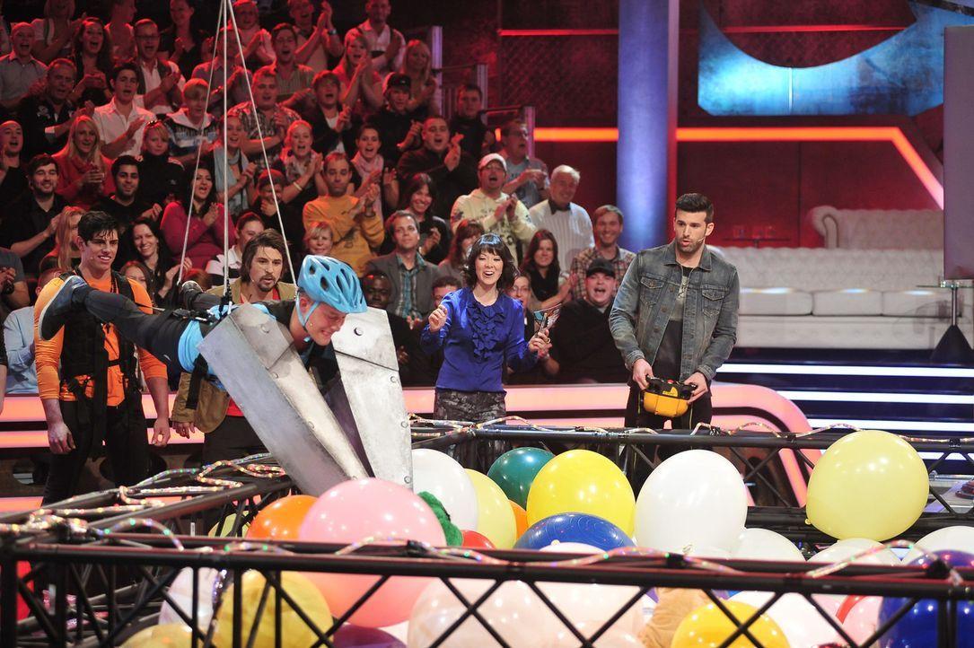 """In """"Clash! Boom! Bang! - Die Stunde der Abrechnung"""" treten Model Sarah Knappik und Sänger Jay Khan (r.) in lustigen Fun-Games gegeneinander an. Nel... - Bildquelle: Andre Kowalski ProSieben"""