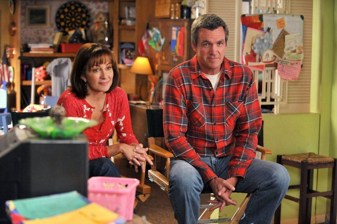 Frankie (Patricia Heaton, l.) kann Mike (Neil Flynn, r.) endlich überzeugen mit ihr auf eine Halloweenparty zu gehen. Doch, wenn es um Kostüme geht,... - Bildquelle: Warner Brothers