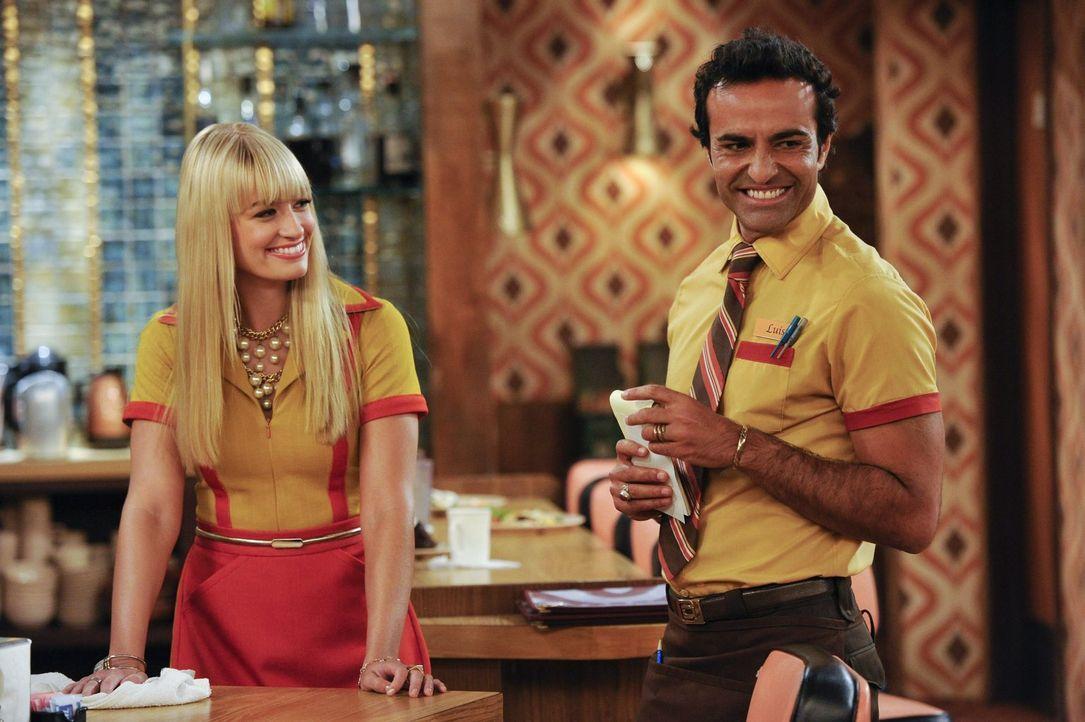 Der neue Kellner Luis (Federico Dordei, r.) soll eingelernt werden. Doch Caroline (Beth Behrs, l.) interessiert sich viel mehr für die neue Kaffeema... - Bildquelle: Warner Brothers