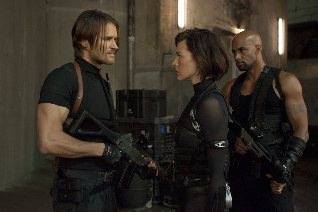 Für sie geht der Kampf gegen die skrupellose Umbrella Corporation weiter: (v.l.n.r.) Leon (Johann Urb), Alice (Milla Jovovich) und Luther West (Bori... - Bildquelle: 2011 Davis Films/Impact Pictures (RE5) Inc. and Constantin Film International GmbH.