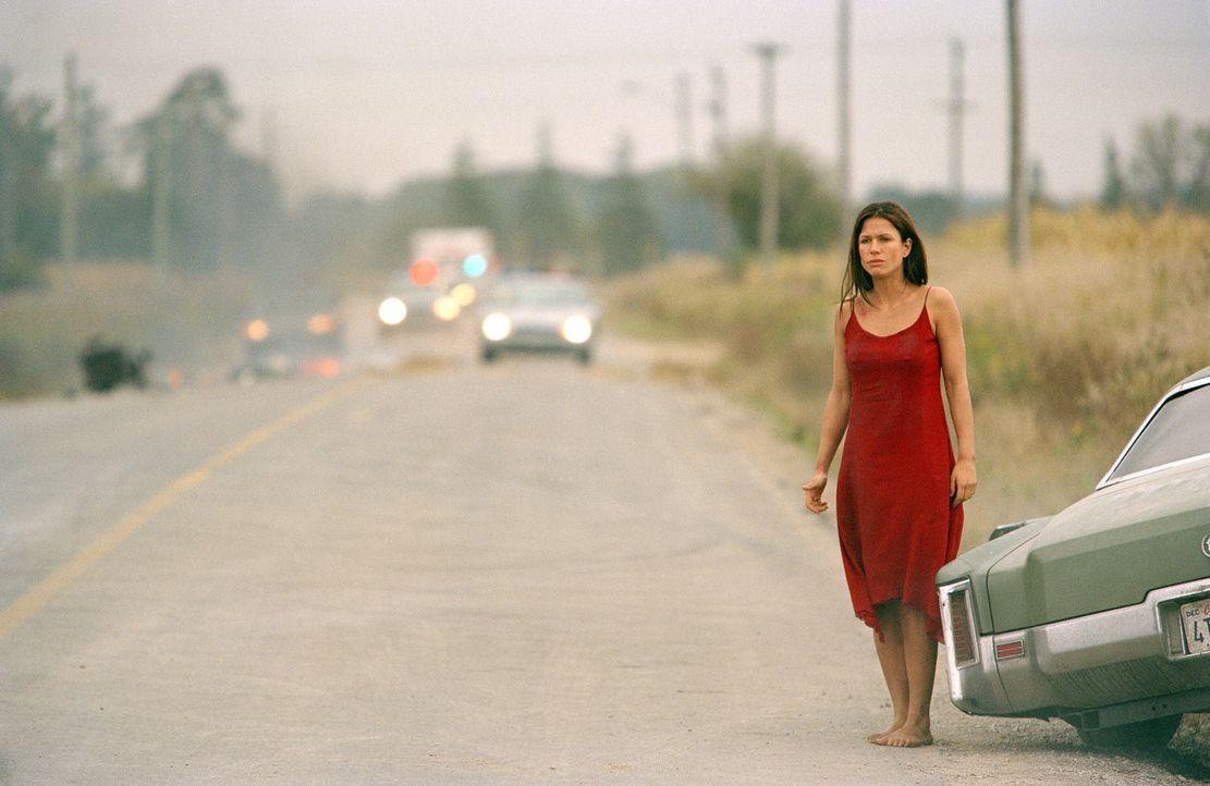 Für Molly (Rhona Mitra) endet ein Autounfall beinah tödlich. Als der Verursacher sie mehrfach versucht zu überfahren, kann sie sich retten - ist... - Bildquelle: Warner Bros.