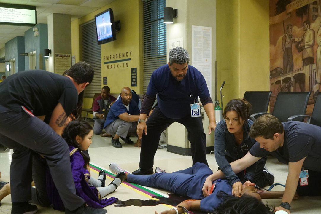 Als ein verrückt gewordener Patient aus dem Halloween-Horrorhaus plötzlich wie wild in der Notaufnahme um sich schießt, müssen Sallander (Luis Guzmá... - Bildquelle: Monty Brinton 2015 ABC Studios