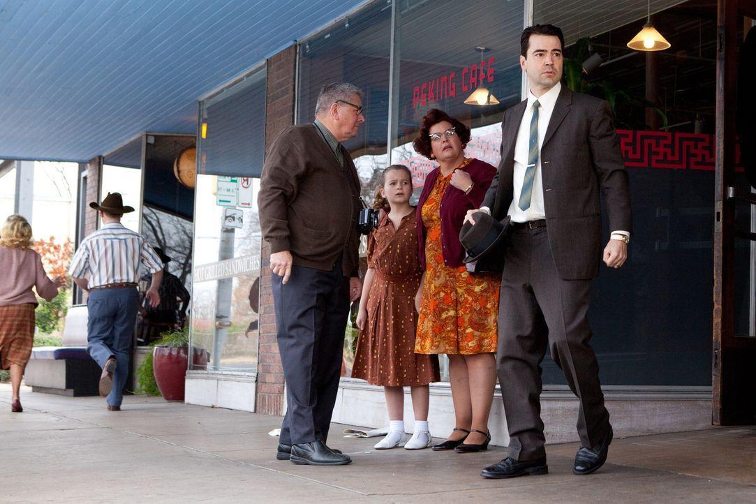 Hatte zwei Wochen vor der Ermordung Kennedys Besuch von dessen Mörder: FBI Agent James Patrick Hosty (Ron Livingston, r.), der Oswald unter dem Asp... - Bildquelle: Claire Folger 2013 WALLEYE PRODUCTIONS, LLC ALL RIGHTS RESERVED.