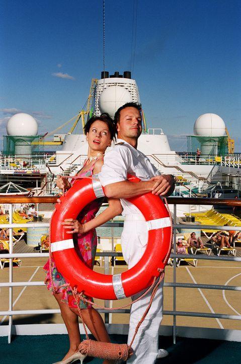 Fühlen sich wider Willen zueinander hingezogen: der blinde Passagier Katrin (Isabell Gerschke, l.) und der selbstsichere Schiffsarzt Markus (Michae... - Bildquelle: ProSieben