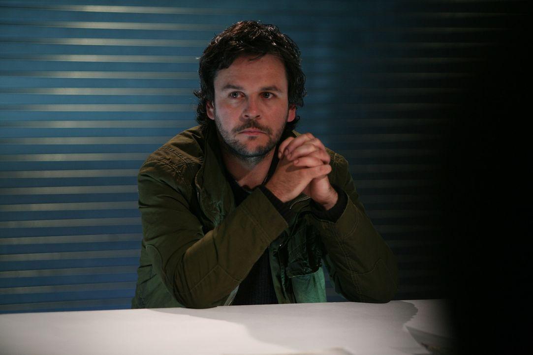 Als das Team Ethan (Jonathan Byrne) festnimmt, erkennt Danny in ihm seinen seit 18 Jahren verschollen Bruder Patrick wieder ... - Bildquelle: ITV Plc