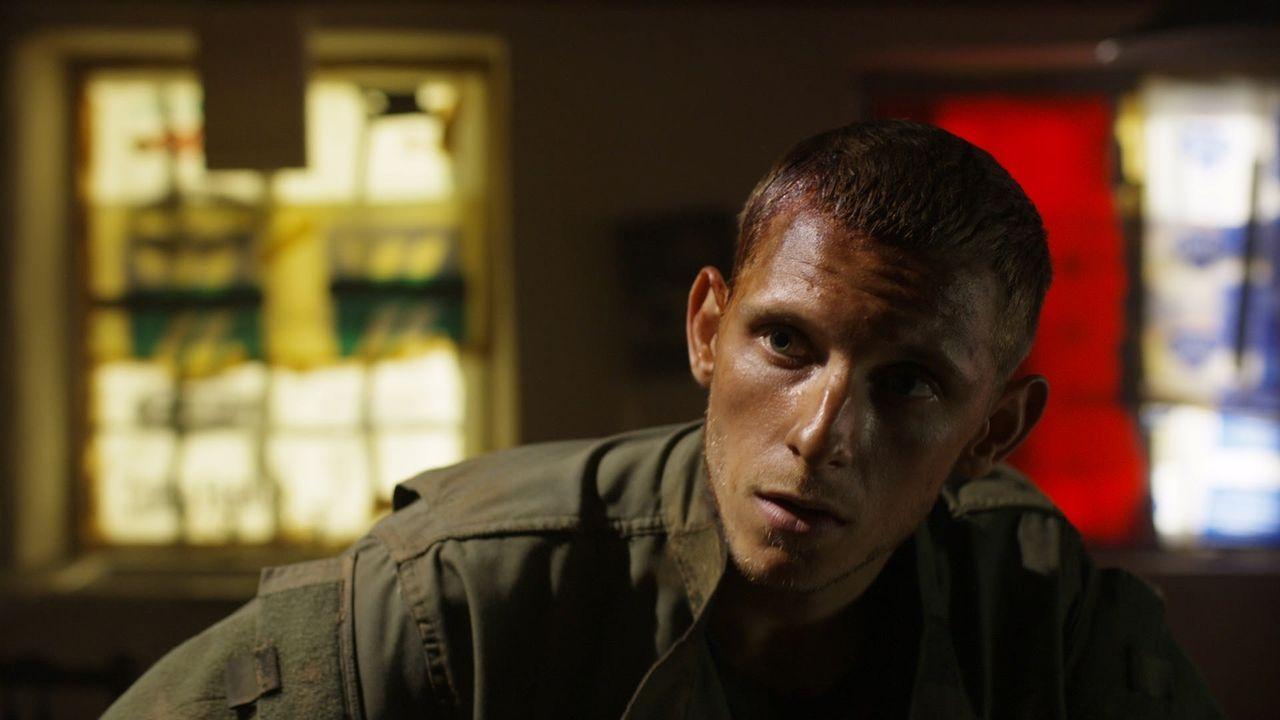 Kaum in der absoluten Einsamkeit der Insel gelandet, erzählt der Soldat Jack Coleman (Jamie Bell) von einem Virus, das sich in einer Pandemie von Sü... - Bildquelle: 2011 Sony Pictures Television Inc. All Rights Reserved.