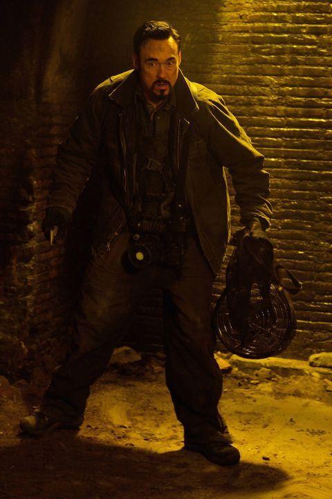 Fet (Kevin Durand) sucht nach einer effektiven Waffe, die sie auch gegen den Master einsetzten können. Dabei unterschätzen sie die Macht des Urvampi... - Bildquelle: 2014 Fox and its related entities. All rights reserved.